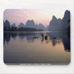 Travesía de la mañana en el río Li, Guilin, China Alfombrillas De Ratones