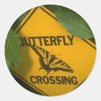 Travesía de la mariposa etiqueta redonda