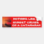 Travesía de la puesta del sol en un catamarán etiqueta de parachoque