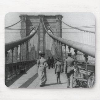 Travesía del puente de Brooklyn Alfombrillas De Raton