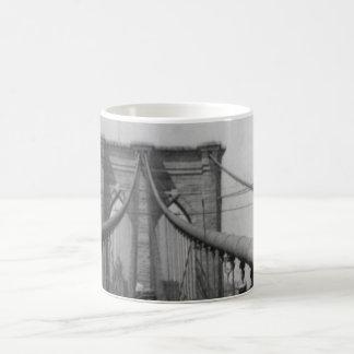 Travesía del puente de Brooklyn Taza Básica Blanca