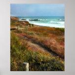 Trayectoria a la línea de la playa del océano posters