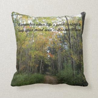 Trayectoria de bosque agradable del otoño - cita d cojines