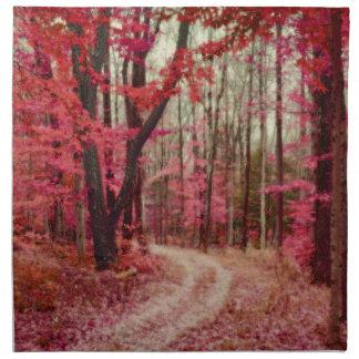 Trayectoria de bosque etérea con colores rojos de  servilleta de papel
