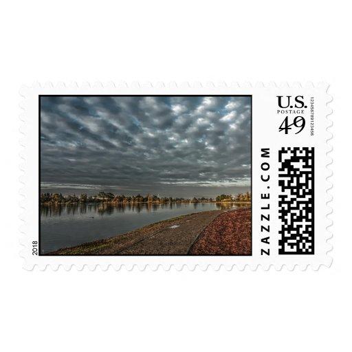 Trayectoria de la orilla del lago en los sellos de