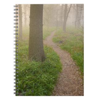 Trayectoria que camina que lleva en un cuaderno