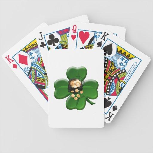 Trébol afortunado de cuatro hojas con la mina de o barajas de cartas