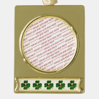 Trébol afortunado de cuatro hojas con la mina de adornos navideños dorados