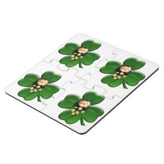 Trébol afortunado de cuatro hojas con la mina de posavasos de puzzle