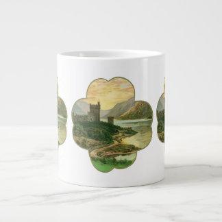Trébol afortunado del oro del vintage con un taza grande