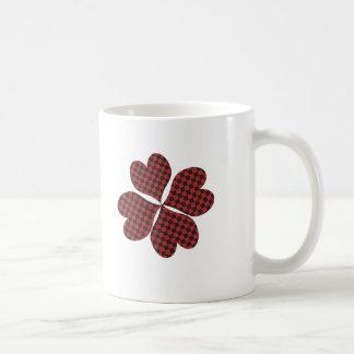 Trébol afortunado en tela escocesa taza básica blanca