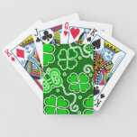 Trébol afortunado y mariposas de cuatro hojas del  barajas de cartas