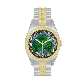 Trébol azul en el reloj céltico de los nudos