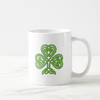 Trébol céltico del nudo taza de café