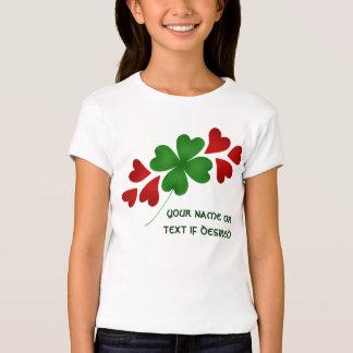 Trébol con la linda camiseta de los corazones para
