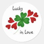 Trébol con los corazones, afortunados en amor pegatina redonda
