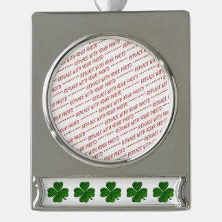 Trébol de cuatro hojas - símbolo del día de St Adornos Navideños Plateados