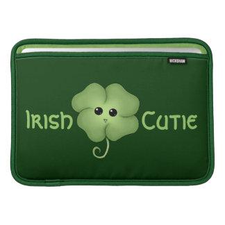 Trébol de Cutie Chibi del irlandés Funda MacBook