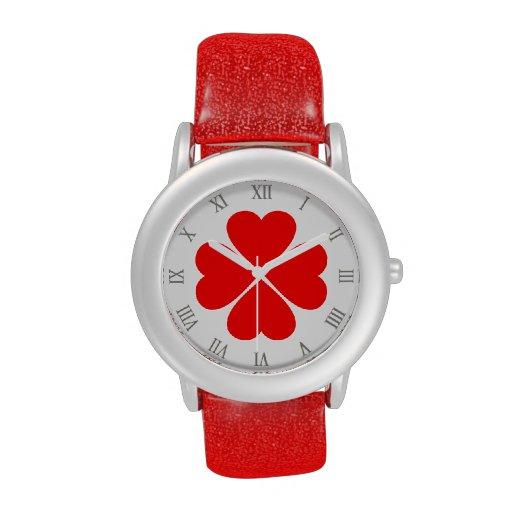 Trébol de la suerte del amor con corazones rojos reloj