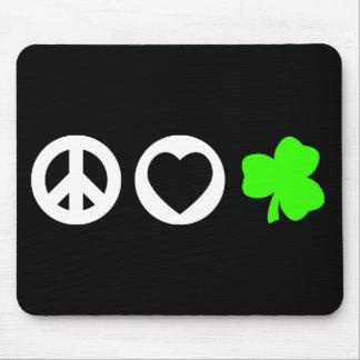 Trébol del amor de la paz alfombrillas de ratón
