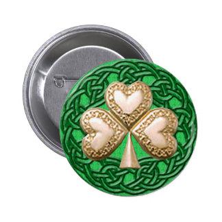 Trébol del oro en el botón céltico de los nudos pin redondo de 2 pulgadas