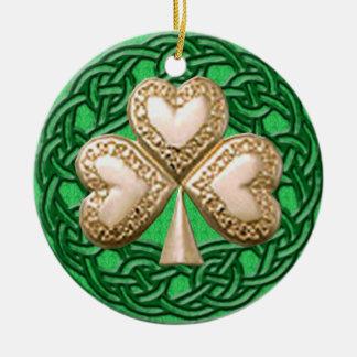 Trébol del oro en el ornamento céltico de los adorno navideño redondo de cerámica