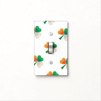 trébol en colores irlandeses de la bandera cubierta para interruptor