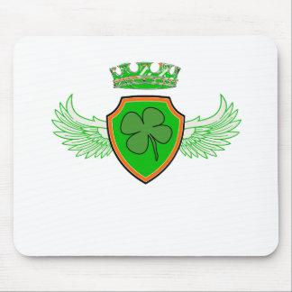 Trébol en el escudo con las alas y la corona tapete de raton
