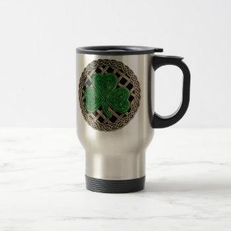 Trébol, enrejado y nudos célticos en la taza negra