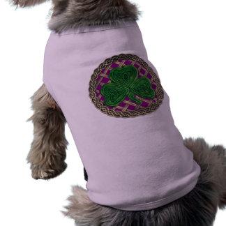 Trébol, enrejado y nudos célticos en púrpura ropa macota
