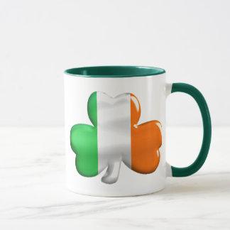 Trébol irlandés de la bandera taza
