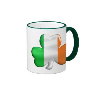 Trébol irlandés de la bandera taza de dos colores
