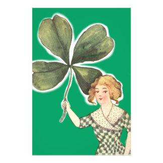Trébol irlandés de la hoja del chica cuatro retro arte fotografico