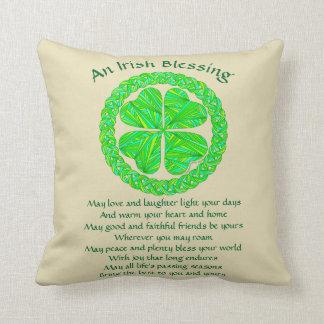 Trébol irlandés del Celtic de la bendición de Z Cojín Decorativo