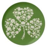 Trébol irlandés fresco de los cráneos plato de cena