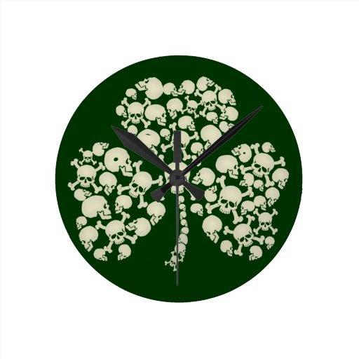 Trébol irlandés fresco de los cráneos reloj de pared