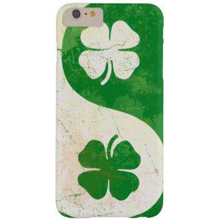 Trébol irlandés Yin Yang Funda De iPhone 6 Plus Barely There