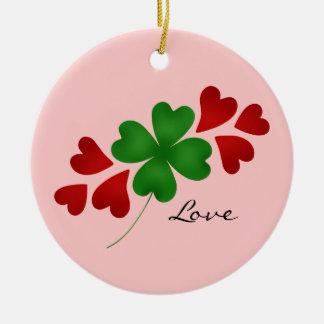 Trébol romántico y corazones del día de St Patrick Adorno Navideño Redondo De Cerámica