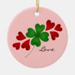 Trébol romántico y corazones del día de St Patrick Ornato