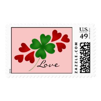 Trébol romántico y corazones del día de St Patrick Franqueo