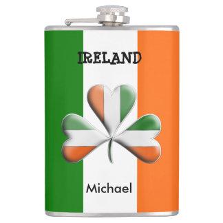 Trébol temático colores irlandeses de la bandera petaca