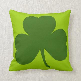 Trébol verde clásico cojín decorativo
