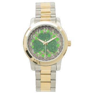 Trébol verde en el reloj céltico de los nudos