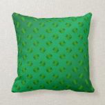 Trébol verde en fondo verde almohada
