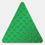 Trébol verde en fondo verde pegatina triangular