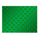 Trébol verde en fondo verde postal
