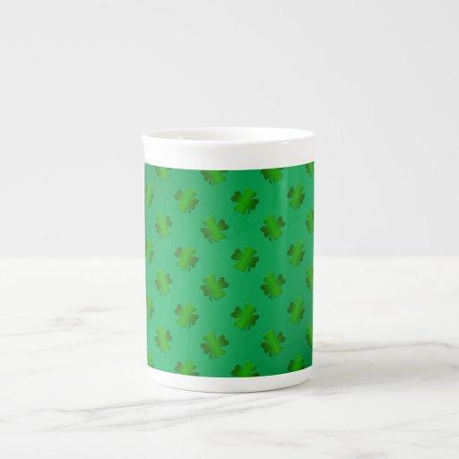 Trébol verde en fondo verde taza de porcelana