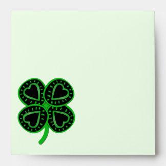 Trébol verde negro con el corazón - el día de St P Sobre