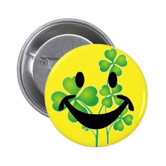 Trébol y smiley del día de St Patrick + sus ideas Pin Redondo De 2 Pulgadas