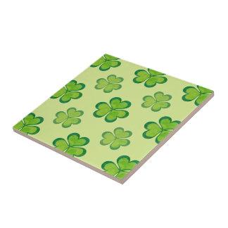 Tréboles afortunados de los tréboles del verde del azulejo